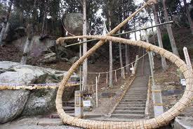 宮城県の家庭教師と釣石神社の「落ちそうで落ちない石」.jpg